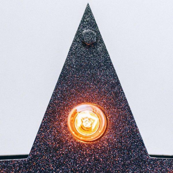 Крупный план чёрной звезды с лампочками от Family Lights
