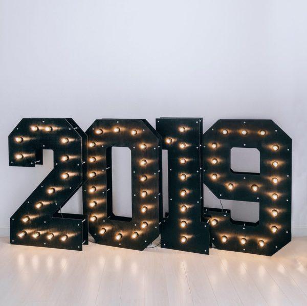 Чёрные деревянные цифры 2019 с лампочками