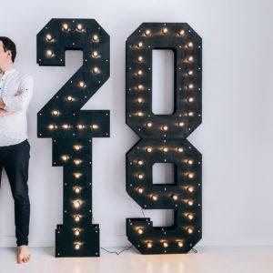 Фотозона с деревянными цифрами 2019 с лампочками от Family Lights