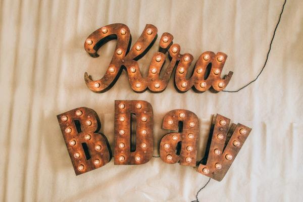 Пример использования букв с лампочками B Day от Family Lights