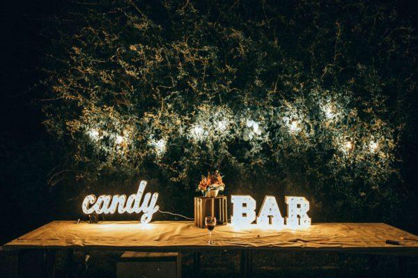 Декор стола буквами candy BAR с лампочками от Family Lights