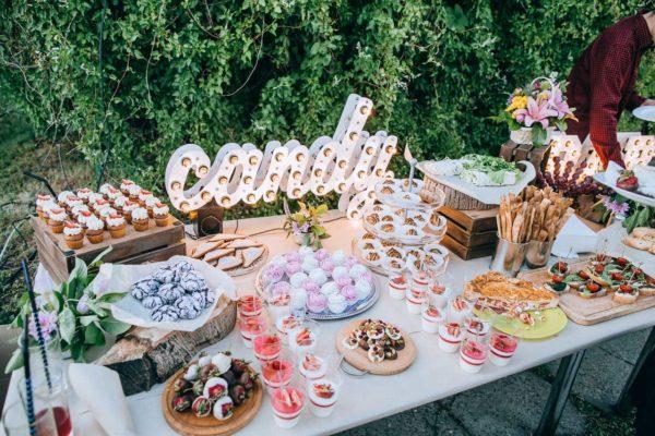 Декор стола буквами candy с лампочками от Family Lights