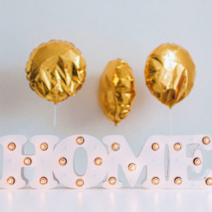 Маленькие белые буквы HOME с лампочками – декор от Family Lights