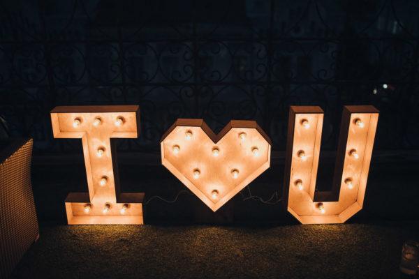 Буквы с лампочками I Love You от семейной мастерской Family Lights