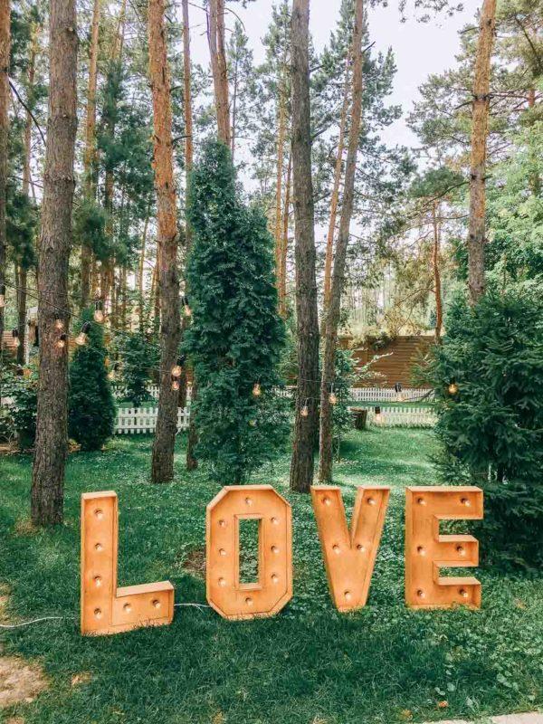 Фотозона в лесу с буквами Love от Family Lights