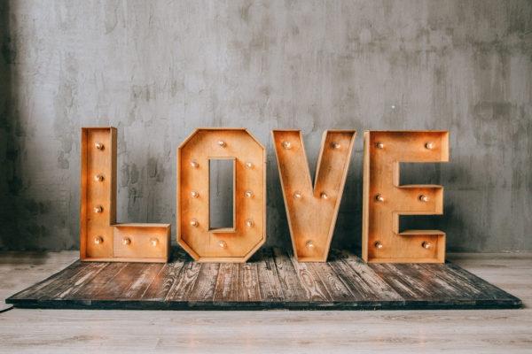 Фотозона с буквами LOVE с лампочками от Family Lights