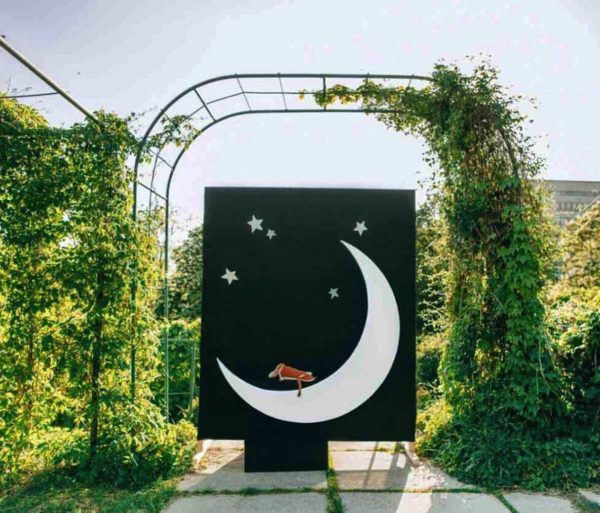 "Фотозона ""Луна"" (месяц) с тумбой – декор от Family Lights"