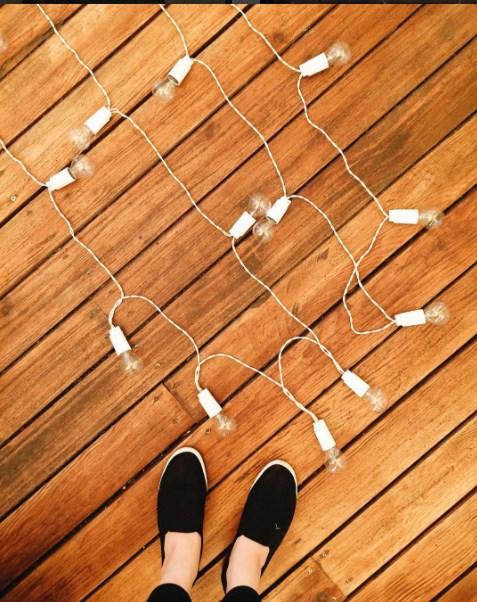 Белая ретро-гирлянда от семейной мастерской Family Lights на полу