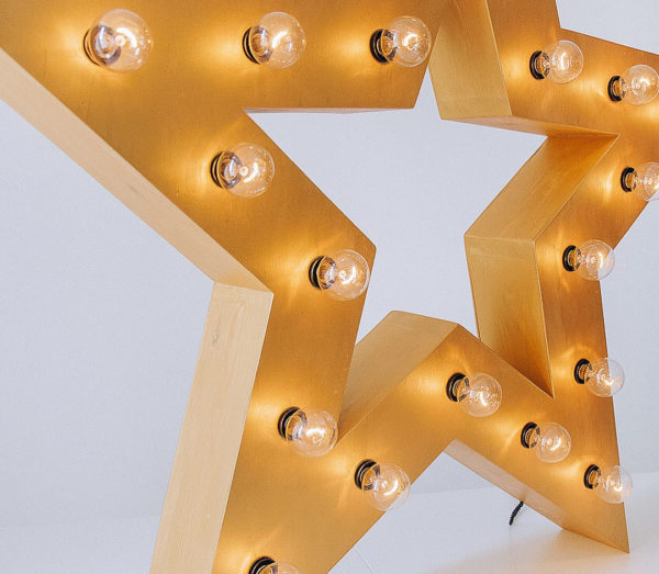 Крупный план желтой звезды с лампочками, тип Box от Family Lights