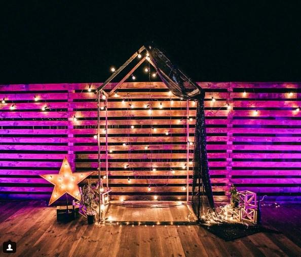 Пример фотозоны со звездой с лампочками Open Box от Family Lights