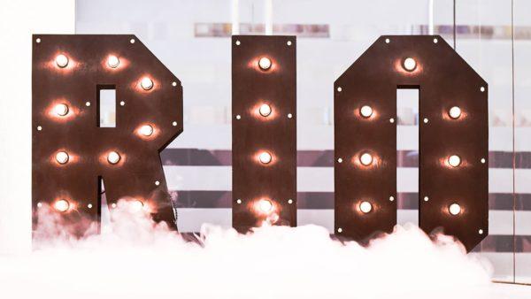 Буквы RIO с лампочками от семейной мастерской Family Lights