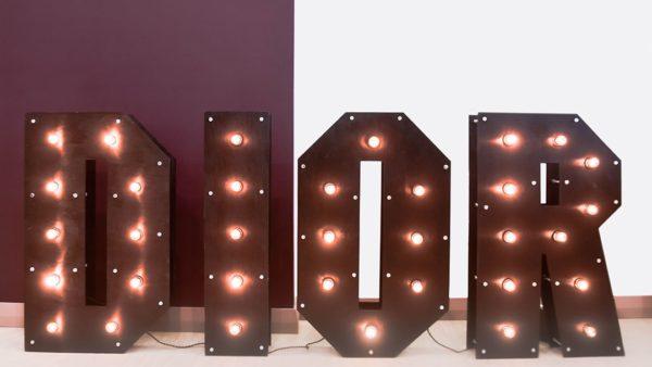 Буквы с лампочками DIOR от семейной мастерской Family Lights