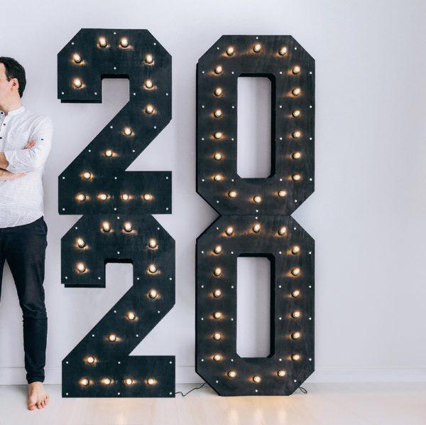 Фотозона с деревянными цифрами 2020 с лампочками от Family Lights